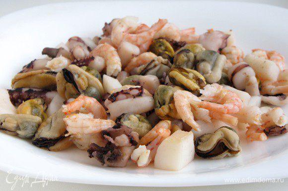 Морепродукты (мидии, креветки, щупальца осьминога, кальмары) отварить в подсоленой воде в течении 5 минут. Отбросить на дуршлаг.