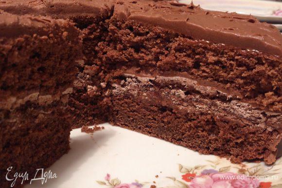 Вот так тортик выглядит в разрезе. Очень вкусно!!! А если пропустить корж безе, то процесс приготовления вообще не займет больше 1 часа))