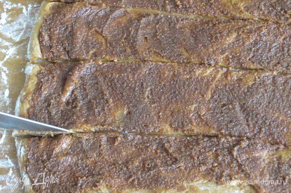 Разрезать тесто на полоски шириной 6 см.