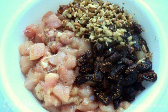 Орехи мелко порубить. Сушеный инжир залить на 2-3 минуты горячей водой, затем порезать полосками. Добавить инжир и орехи к мясу.