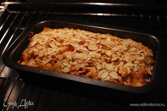 Небольшую форму для кекса смазать растительным маслом, выложить тесто, разровнять, посыпать миндальными хлопьями и выпекать в разогретой духовке 40 минут.