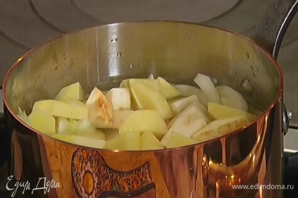 Добавить сельдерей и картофель, залить все горячей водой, так чтобы овощи были покрыты жидкостью. Варить под крышкой до готовности около 20 минут.