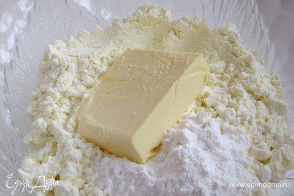 Соединить в миске сухое молоко, сахарную пудру и подтаявшее масло, перемешать.