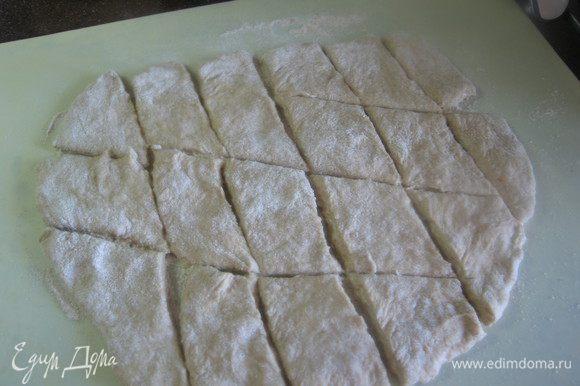 Осторожно пальчиками растянуть тесто в пласт толщиной примерно 0,5см. Произвольно разрезать .