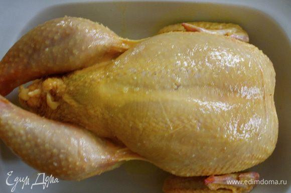 Положить курицу в огнеупорное блюдо, смазать ее оливковым маслом и посолить оставшейся солью, поперчить и поставить в разогретую духовку. Запекать до готовности! Время от времени поливать курицу выделяющимся соком. Время готовности курицы зависит от ее размеров. Поэтому советую Вам ориентироваться самостоятельно. Важно помнить, что птицу следует готовить очень тщательно, чтобы уничтожить в процессе готовки все возможные бактерии. Чтобы убедиться в готовности жареной курицы, проткните самую толстую часть куриного бедра чистой шпажкой (кончиком ножа). Если вытекающий сок прозрачен, курица готова. Если он чуть розовый, курица сырая.