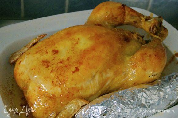 За полчаса до окончания готовки положить фольгу с завернутой в нее начинкой в это же блюдо, чтобы она прогрелась. Готовую курицу выложить на подогретое сервировочное блюдо, накрыть крышкой (или фольгой) и оставить настаиваться 15 минут. С поверхности вытопившего в жаровню (блюдо) сока снять жир. Смешать оставшийся сок с начинкой и разложить ее вокруг курицы.