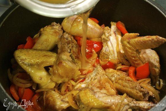 Влить горячий бульон-основу, положить курицу обратно в кастрюлю и довести до кипения. Убавить огонь, закрыть кастрюлю крышкой и тушить 20 минут почти до готовности курицы.
