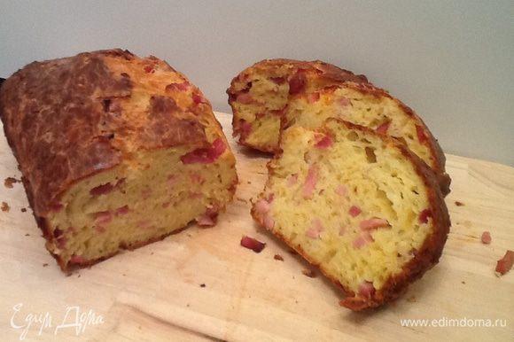 Достаем хлеб из духовки, пытаемся дождаться пока он остынет и пробуем!! На традиционный хлеб он похож мало, структура скорее напомнила кекс-влажный и маслянистый. Еще он очень ароматный и сытный.
