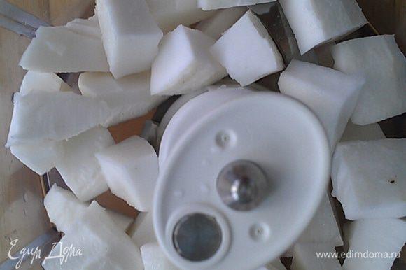Нарезать кокос на кусочки и перемолоть в блендере в стружку.