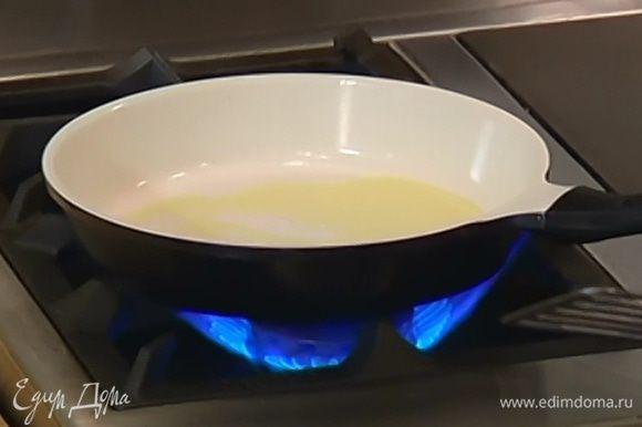 Сковороду, где обжаривался лук, протереть бумажным полотенцем, влить оставшееся оливковое масло и поместить на огонь.