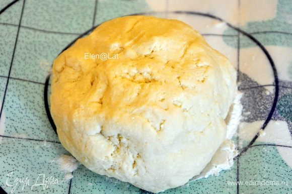 Для теста: В миске смешать творог, муку, сливочное масло и соль. Замесить тесто и отправить в холодильник на полчаса.