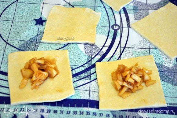 Формируем конвертики: Тесто раскатать не толсто, не тонко нарезать на квадраты и в середину положить начинку. У меня получилось 12 квадратов.