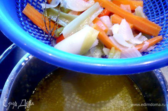 Сначала приготовим овощной бульон. Я не стала указывать необходимые для него ингредиенты в списке. Просто расскажу, что помимо привычных овощей, таких как черешковый сельдерей, морковь, лук репчатый, лук-порей и помидоры (все овощи крупно порезать, обжарить на смеси оливкового и сливочного масла и только потом залить горячей водой), я решила положить разрезанное пополам яблоко без семян (достала его минут через 15), веточки тимьяна, лавровый лист, 3 соцветия гвоздики, перец черный горошком и половину палочки корицы, которую извлекла уже минут через 10. Варился бульон один час, потом я его просто оставила под крышкой настаиваться. Только после этого процедила. Картофель отварим в мундире и очистим.