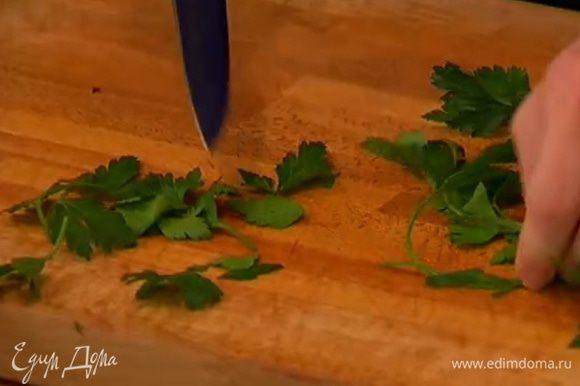 Листья петрушки срезать со стеблей и оставить целыми.