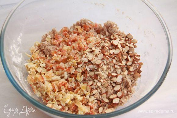 Добавить крупно рубленый миндаль и цукаты, вымесить. По необходимости добавить 1-2 столовые ложки молока.