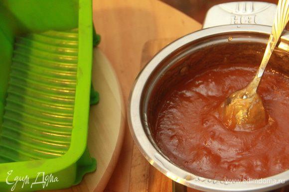 Через указанное время паста готова, можно раскладывать её по формочкам. Очень удобно использовать силиконовые формочки. Пока паста горячая и податливая, ею можно промазать печенье или макаруны, после того как паста застынет, сделать это будет проблематично.
