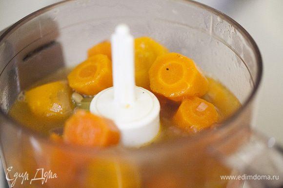Отправляем в блендер. Наливаем в тарелку , чуть-чуть сбрызгиваем кунжутным или оливковым маслом.