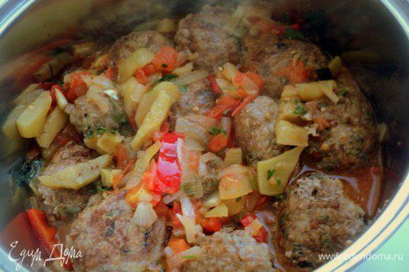 В глубокой сотейник на дно уложить слой соуса, затем тефтели.