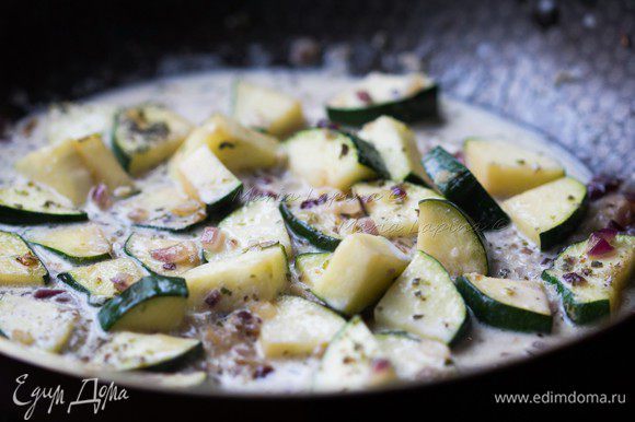 Влить сливки и тушить овощи 7-10 минут без крышки до готовности.