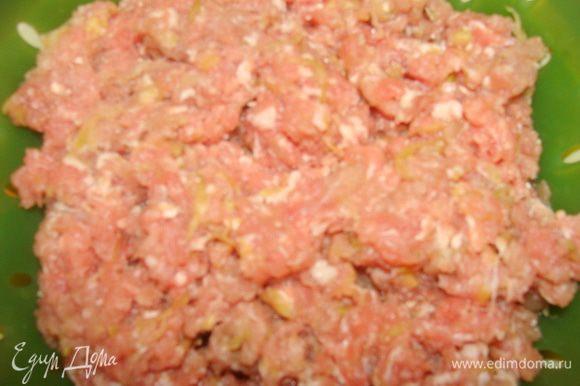 Свинину также пропустить через мясорубку. Кабачок натереть на терке. У меня был уже свиной фарш с кабачком.
