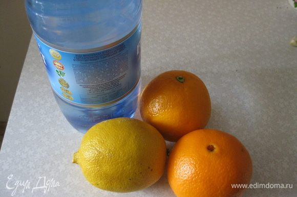 Моем фрукты. Чистим и разрезаем.