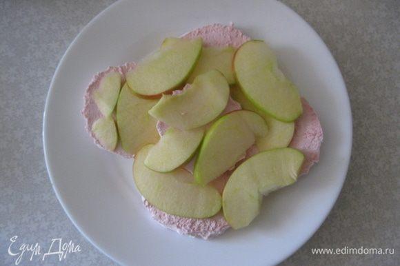 На верх выкладываем слой нарезанных яблок, можно ананасов.