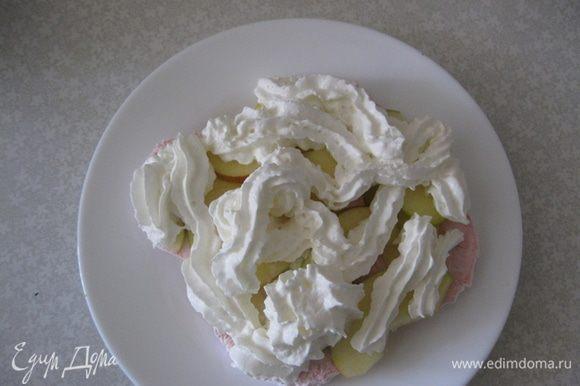 Затем слой крема кондитерским шприцем или мешком. Выкладываем крем по середине, он потом расползется под весом фруктов и зефира.