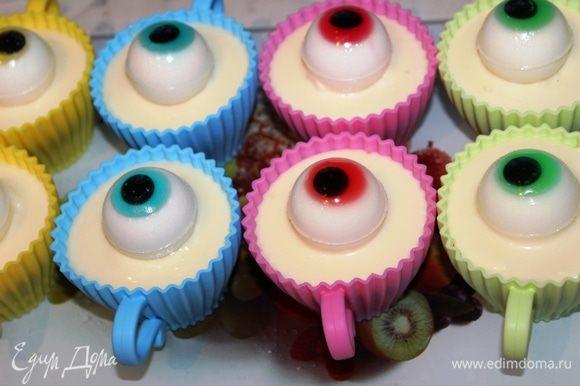 Разместить каждый глаз по формам (я распределила их по цвету: синяя чашка - синий глаз, зеленая чашка - зеленый глаз и т.д.) и поставить в холодильник для застывания.