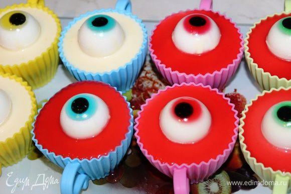 И наконец, разлить вокруг глаз верхний слой из оставшейся части клюквенной жидкости, поставить в холодильник минут на 30-60. Затем десерт можно подавать на праздничный стол.