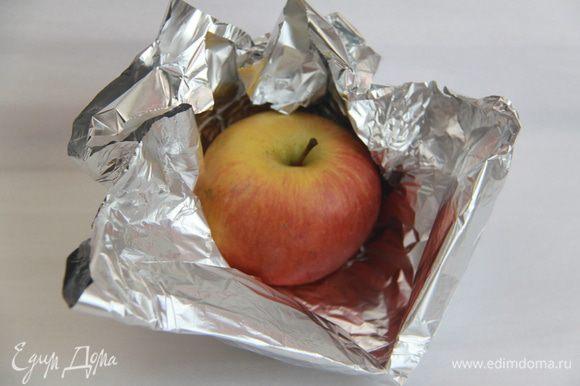 Яблоко обернуть в фольгу и запечь в духовке до готовности (или в микроволновке, без фольги).