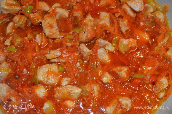 Добавьте овощи и разведенную томатную пасту к курице и потушите минут 15.