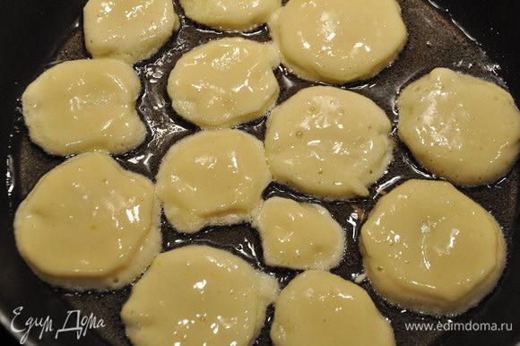Окунать яблоки в тесто и обжаривать в масле с 2 сторон.