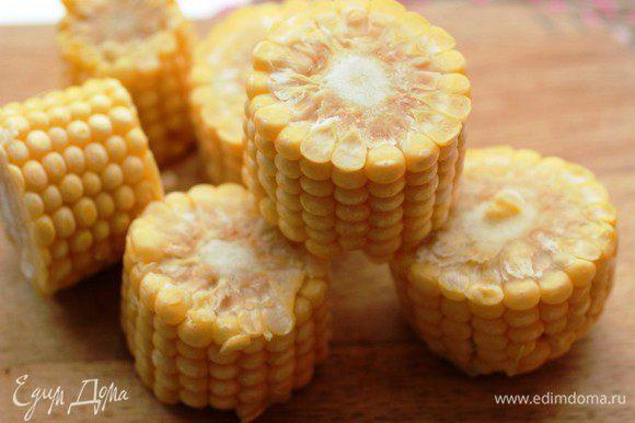 Кукурузу порезать колечками (2,5-3 см).