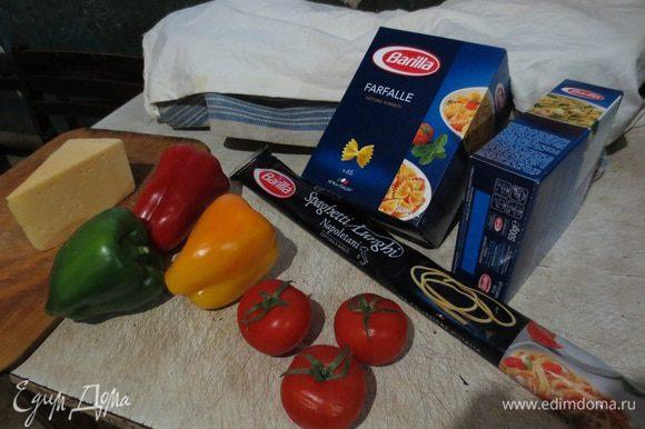 Отварить спагетти в соленой воде, воду слить, уложить спагетти на блюдо, сверху выложить фарш.