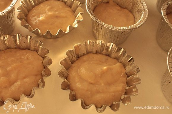 Заполнить наполовину тестом подготовленные формочки, выпекать кексы при 180 градусах 35-40 минут, готовность проверять деревянной шпажкой