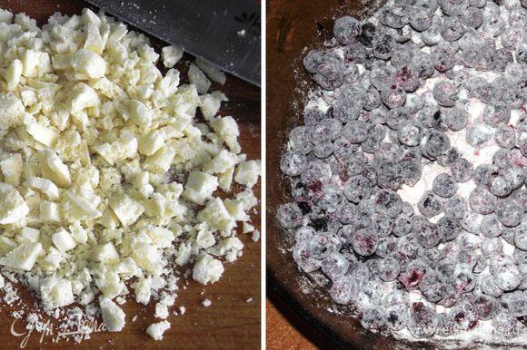 Белый шоколад порубить мелко ножом. Чернику присыпать слегка сахаром и обвалять в муке. Духовку включить на 180 градусов.