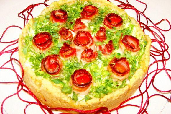 Выложить слегка остывший пирог на блюдо, посыпать зеленью и можно сразу подавать.