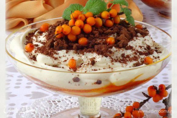 *Я бы рекомендовала десерту дать настоятся и перед подачей его украсить. А если нет времени, то печенье лучше разломать на кусочки, укладывая его в креманки поливать сиропом и покрывать кремом. Приятного!!