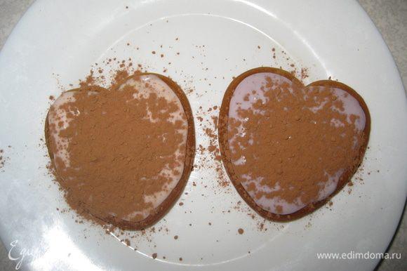 Оба посыпаем какао. Потом снова печень окунаем в кофе-амаретто. Крем. Какао. И так 4 слоя. Получается высокий десерт.