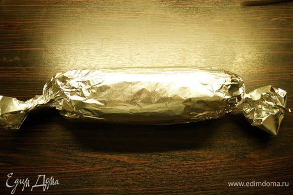 Теперь завернуть получившийся сверток в два листа фольги. Покатать салями по поверхности стола, чтобы выровнять ее цилиндрическую форму и убрать в холодильник минимум на 3 часа! Лучше на всю ночь!