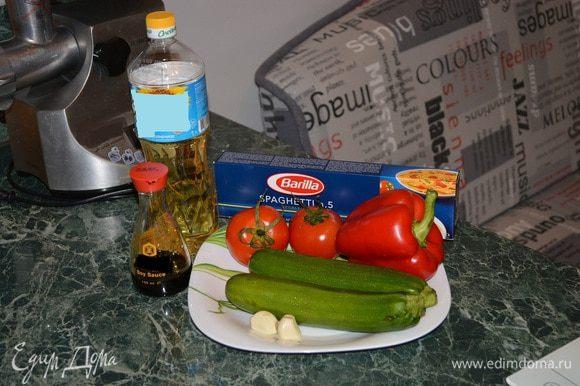Подготовим все ингредиенты. Лучше брать не толстые спагетти. Перец можно использовать желтый.