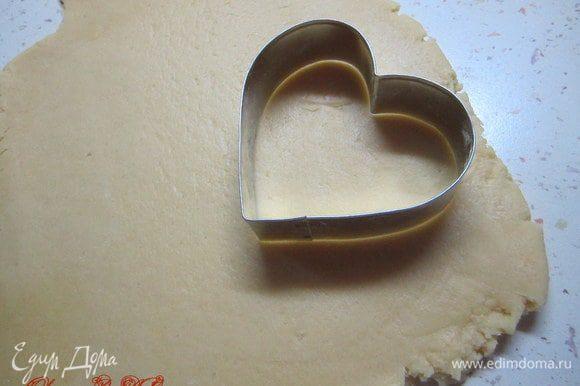 Раскатать тесто 0,5 см толщиной, вырезать формочкой печенье.