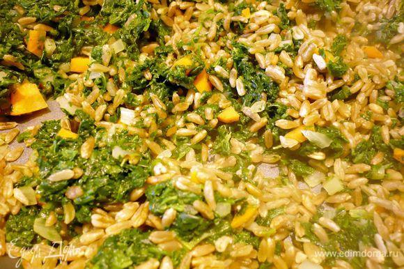 Духовку разогреваем до 200 градусов. Тем временем обжариваем в оливковом масле мелко порезанные лук и чеснок с морковью и сельдереем, добавляем шпинат, тушим пару минут. Полбу отбросим на сито, сохранив жидкость. Добавим полбу к овощам, тушим несколько минут. В кастрюлю добавляем овощи с полбой, картофель, заливаем жидкостью от варки полбы и горячим бульоном. Варим около 25 минут. Солим, перчим, подаем со сметаной.