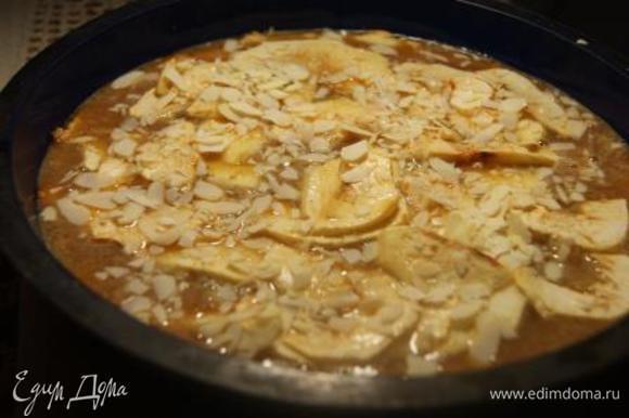 Горячий пирог залить заливкой, посыпать миндальными лепестками. Выпекать при 160 гр. 25 минут.