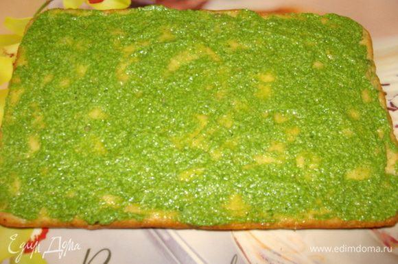 Нижний корж с брокколи смазать шпинатной смесью.