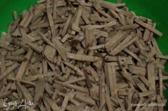 Отвариваем печень: хорошо ее промываем, разрезаем на 2 части (по 500 гр), удаляем пленки и замачиваем в молоке на 1-2 часа. По прошествии времени, откидываем на дуршлаг, даем стечь молоку. Кастрюлю с водой ставим на плиту, когда закипит добавляем соль, перец душистый горошек, пару щепоток молотого мускатного ореха, в последнюю очередь печень. Время варки зависит от размеров печени, кусочки по 500 грамм надо варить около 25-30 минут. После закипания убавляем огонь и снимаем пену. За 10 минут до готовности добавляем в кастрюлю 2 лавровых листика. Проверить готовность печени можно проколов ее ножом, если выделится прозрачная жидкость - печень готова. Остужаем, промываем, нарезаем соломкой.