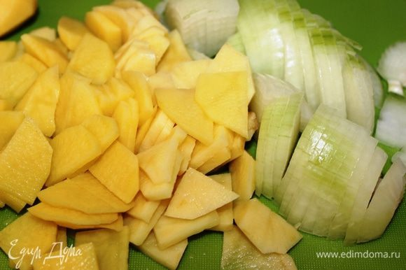 Картофель и лук очистить, нарезать на тонкие пластинки. Сыр Пармезан натереть.