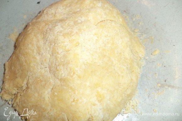 Для теста охлаждённое сливочное масло натереть на крупной тёрке, перемешать с мукой, порубить в крошку. Добавить сахар, яйцо и ледяную воду. Замесить тесто. Сформировать шар, завернуть в плёнку и на 1 час убрать в холодильник.