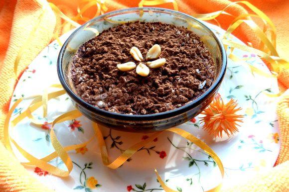 Припорошим какао,украсим орешками. Отправляем в холодильник на несколько часов.