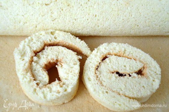 У остывшего бисквита срезать края. Поломать их на кусочки и подсушить в печи. После измельчить в крошку, она пойдет на обсыпку рулета.